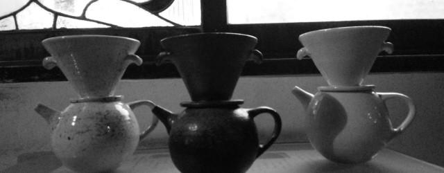 「これが噂の縄文ドリポット」     丁寧に石臼で挽いた珈琲豆を、「縄文ドリポット」で抽出する。 クラスターが小さくなる。つまりビールを備前の器で飲むと同じようなもので、珈琲の味が、...